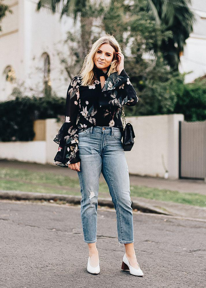 Beautiful bell sleeve floral top with classic jeans – Denim Outfits 2019
