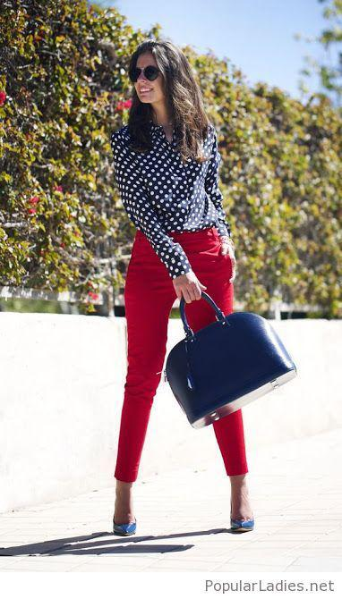 Outfit pantalon rojo. Polka dot shirt, red jeans and blue shoes