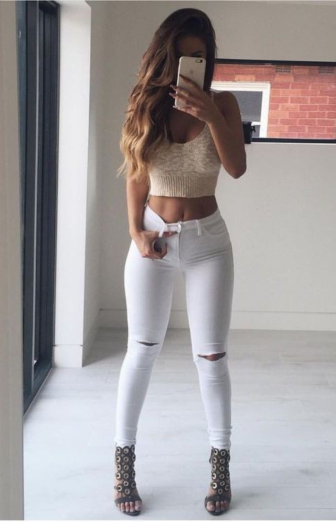 Outfit con crop top blanco y jeans