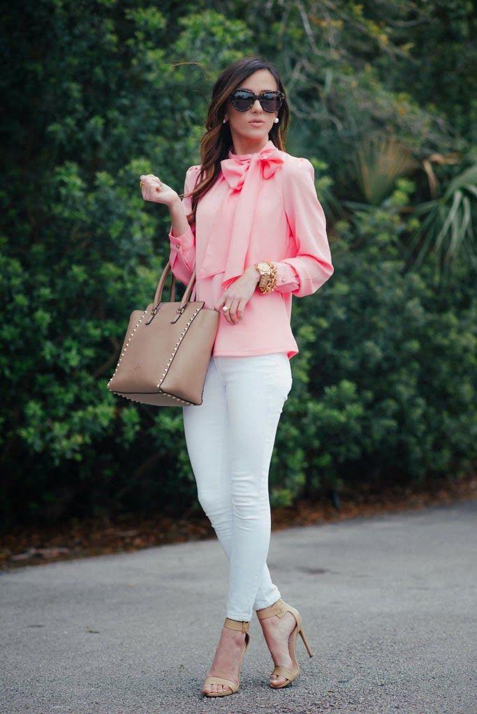 Outfit pantalon blanco con blusa rosa