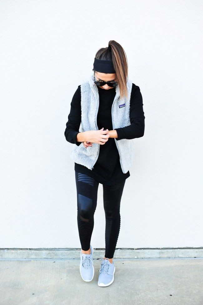 Outfits With Yoga Pants, Fitness fashion, Ripped jeans