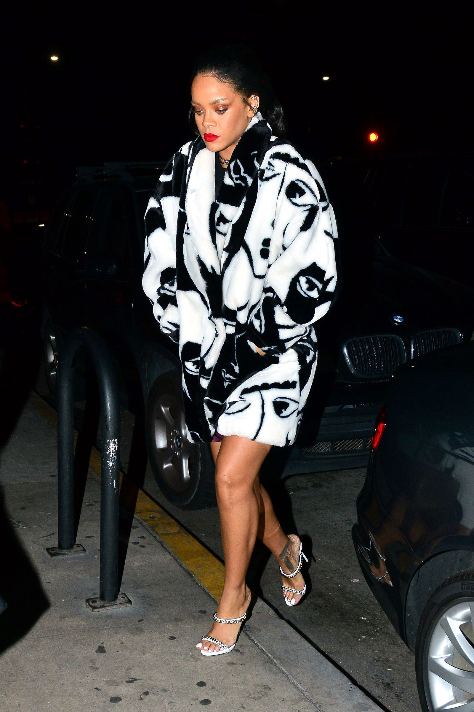 Models looks rihanna in black, Met Gala
