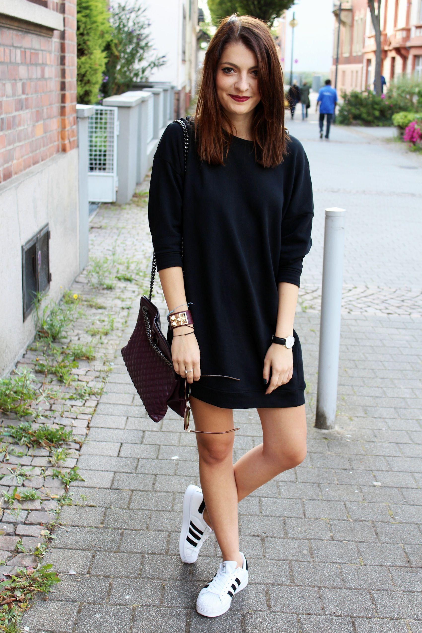 Vestidos negros con tenis adidas