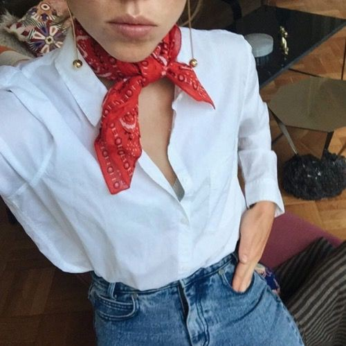 Blusa branca com bandana vermelha