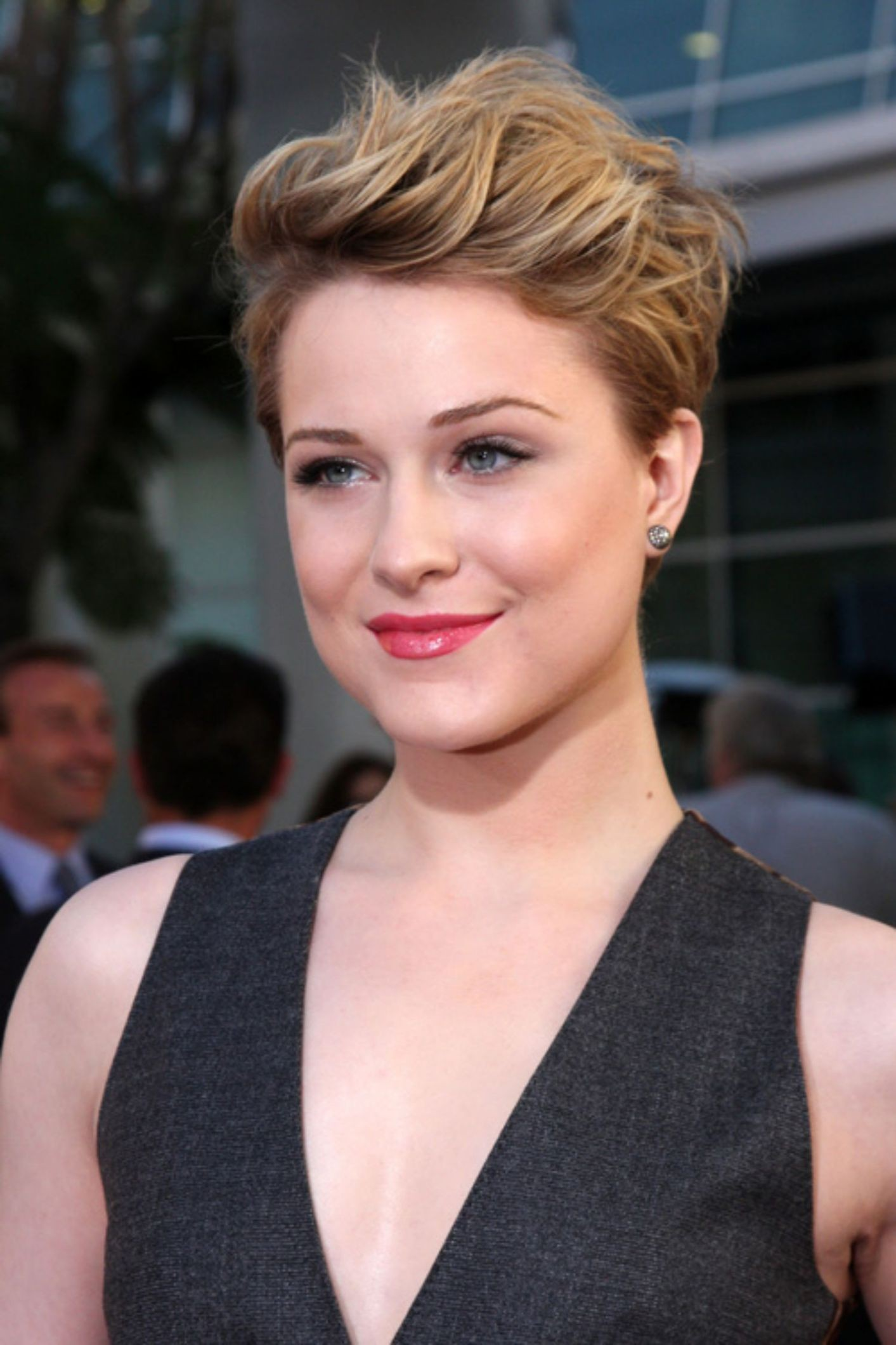 Short hair for girls with round faces