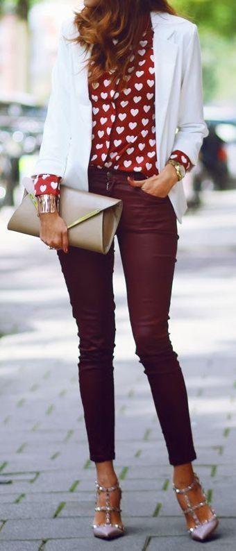 Blazer blanco con blusa roja