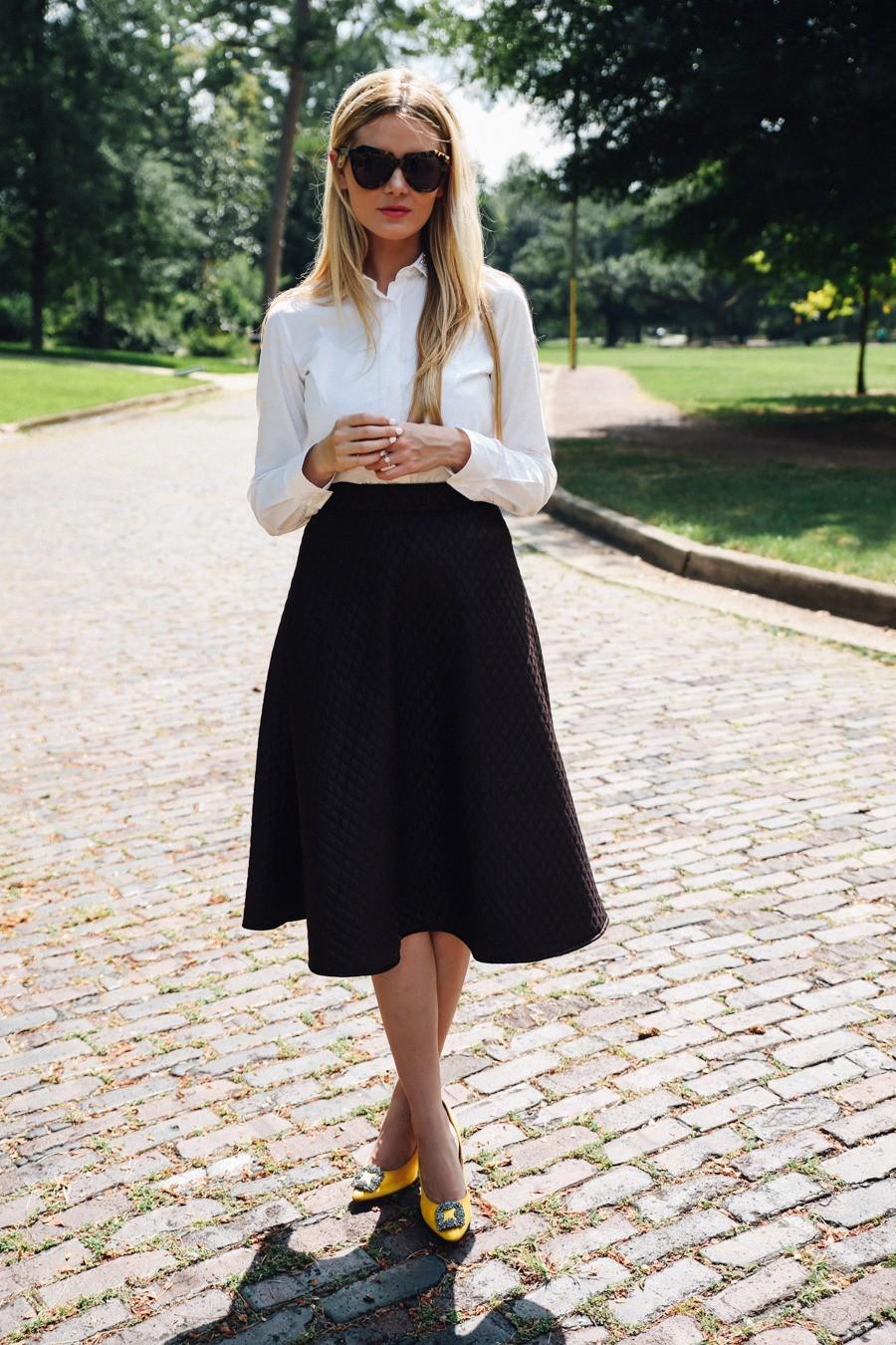 Classic look fuste negre midi, Amber Fillerup Clark