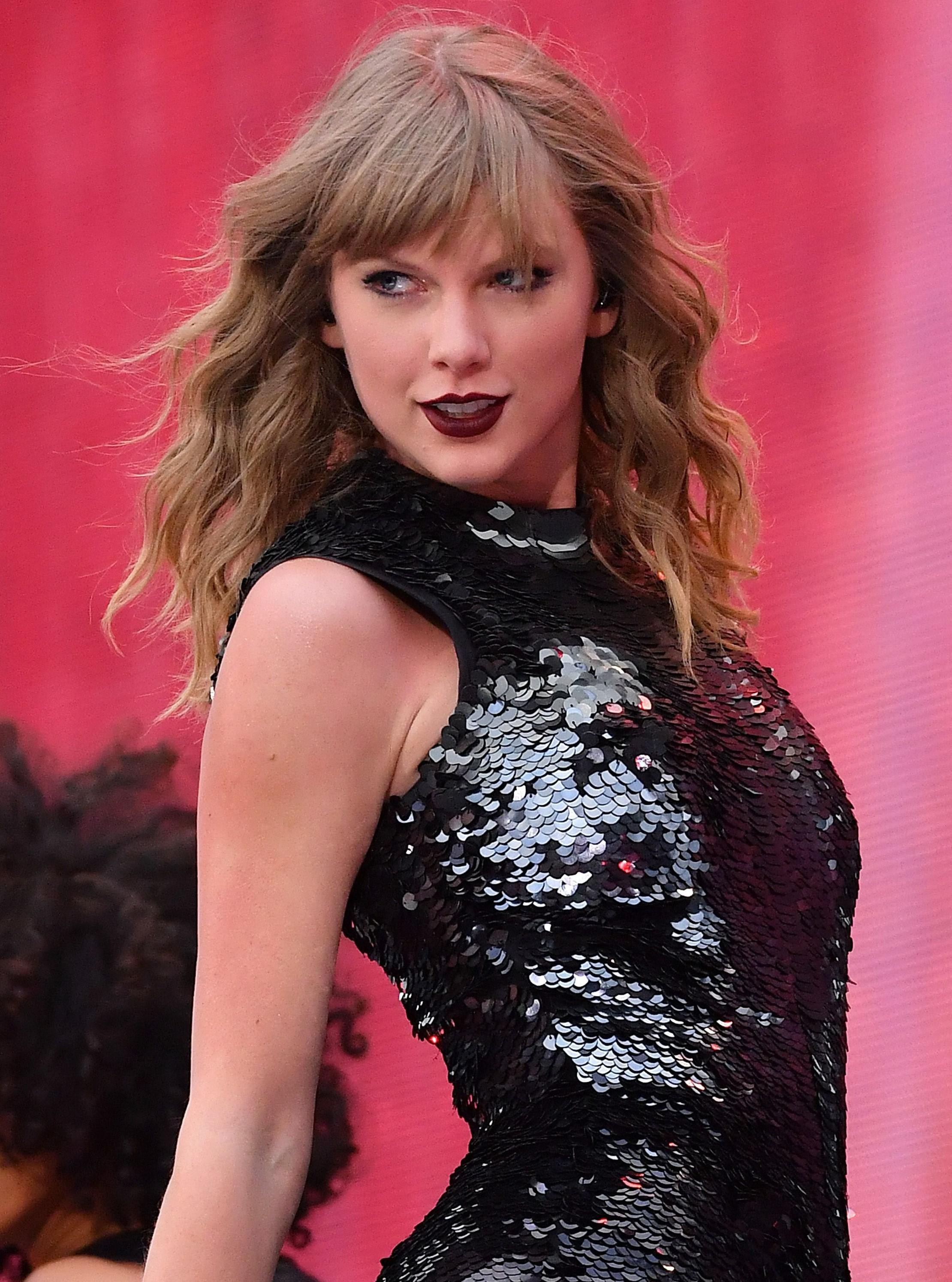 Wine Colored Taylor Swift Gorgeous Taylor Swift Instagram Celebs Instagram Cute Celebrity Pics Gorgeous