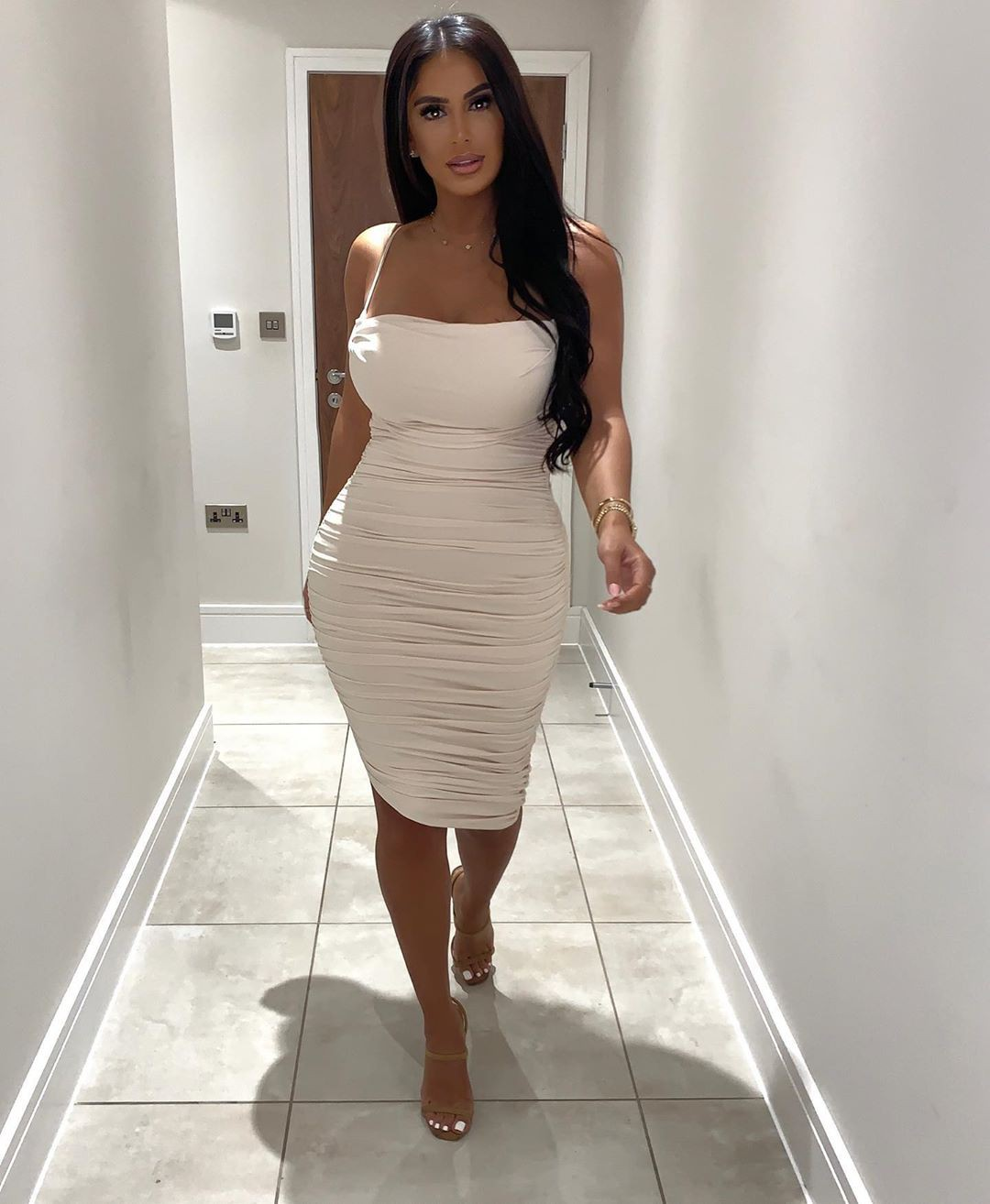 white outfit style with dress, Woman Long Hair Style, attire ideas