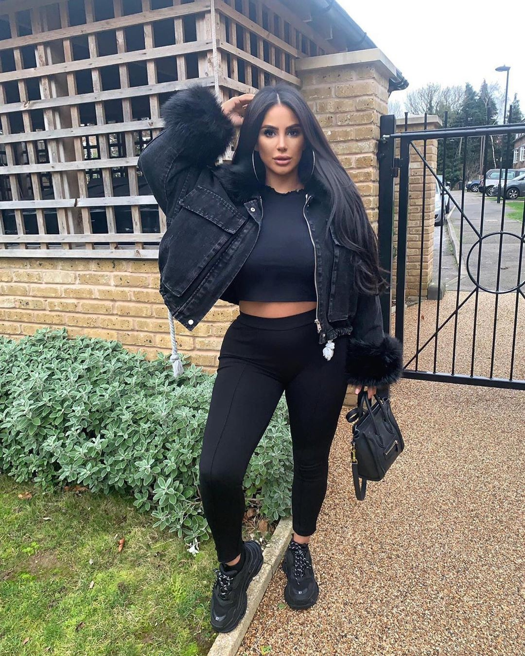 black colour outfit with sportswear, leggings, tights