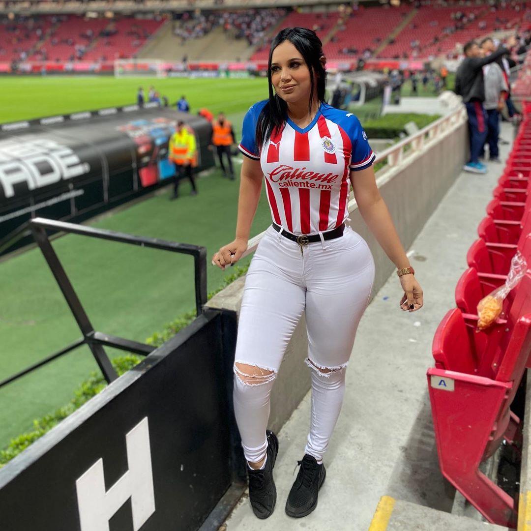 Miroslava Soes Instagram t-shirt, uniform colour outfit, woman thighs