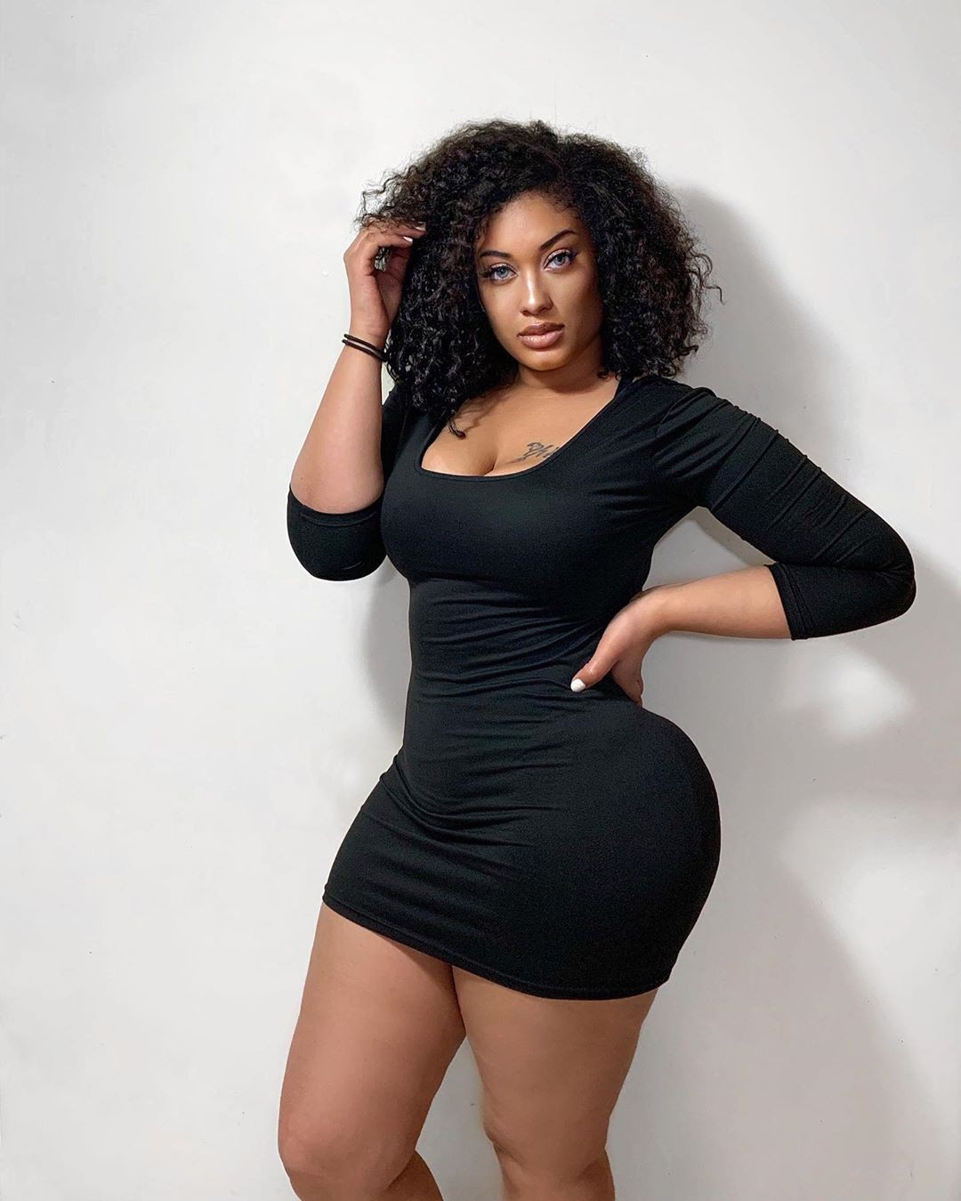 black matching outfit with little black dress, best photoshoot ideas, hot thighs