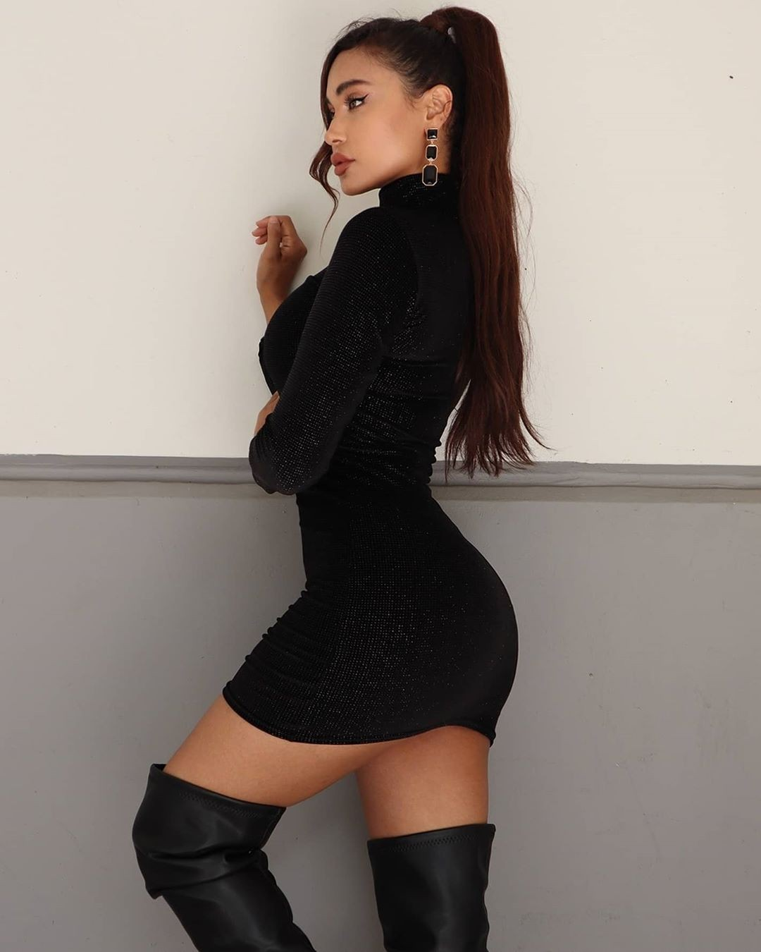 black outfits for girls with stocking, female thighs, legs pic