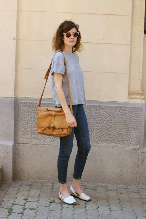 Colour outfit, you must try combinar sandalias blancas slim fit pants, street fashion