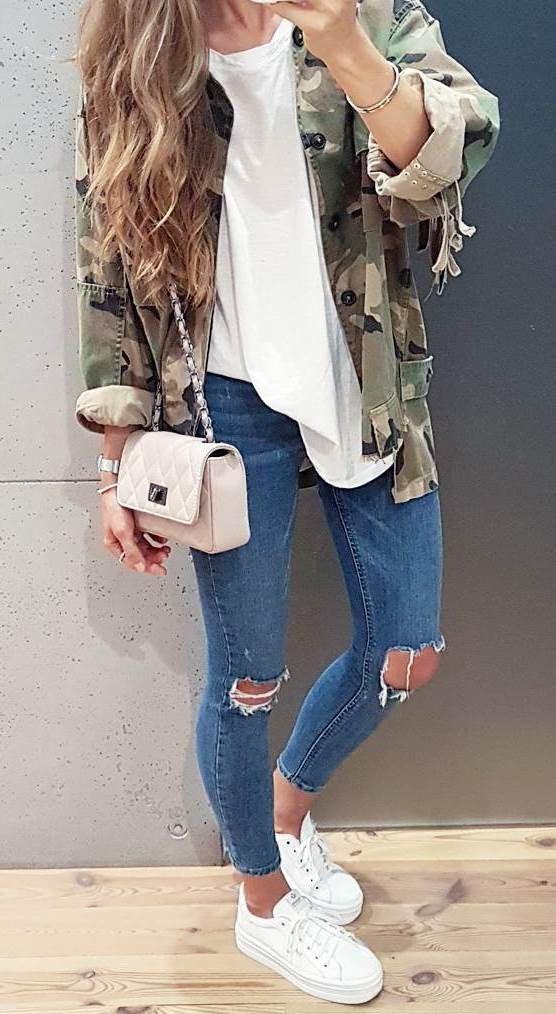 Outfit con pantalon roto y tenis blancos
