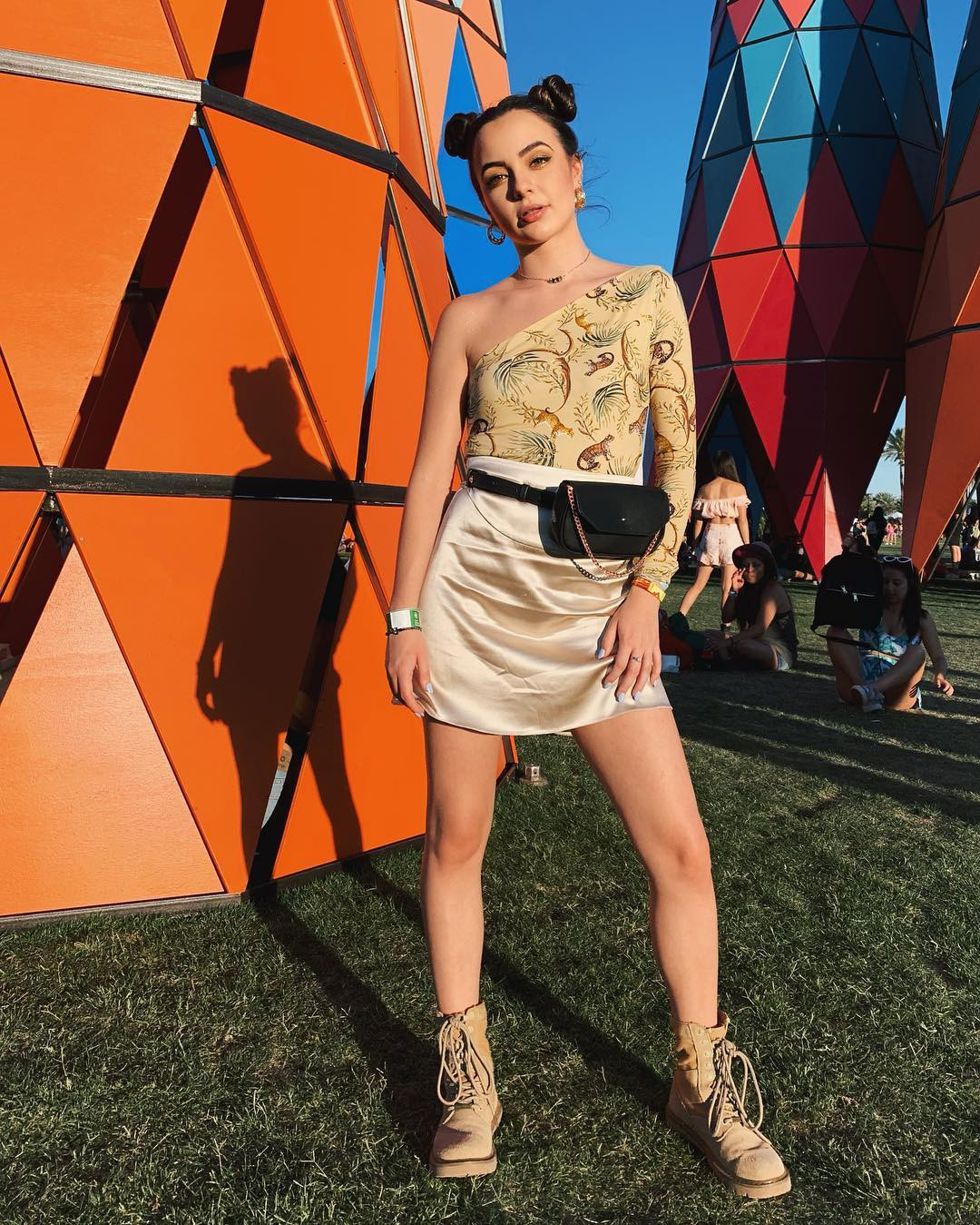 orange colour combination with shorts, best photoshoot ideas, sexy legs