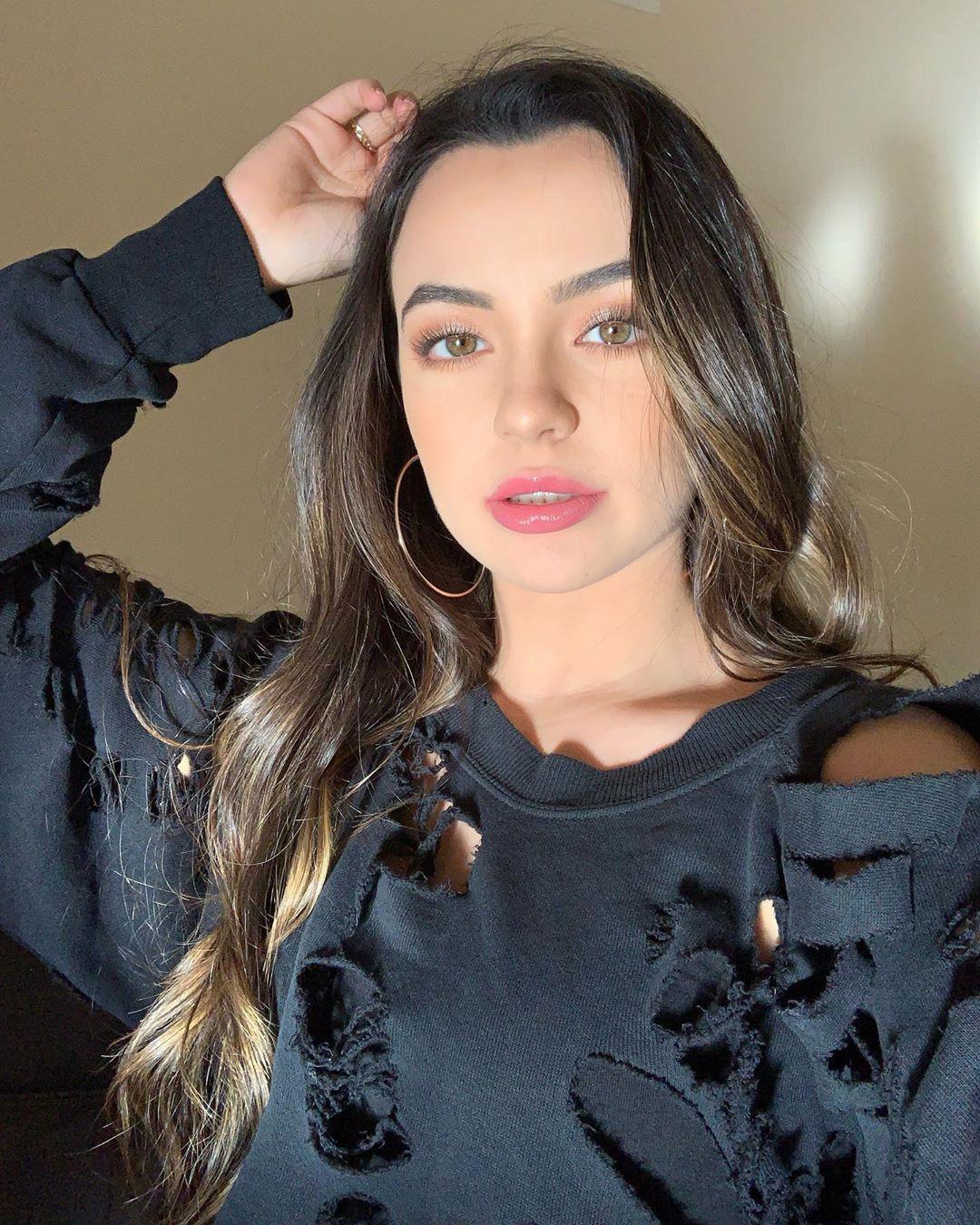 Vanessa Merrell Cute Face, Lip Makeup, Long Layered Hair
