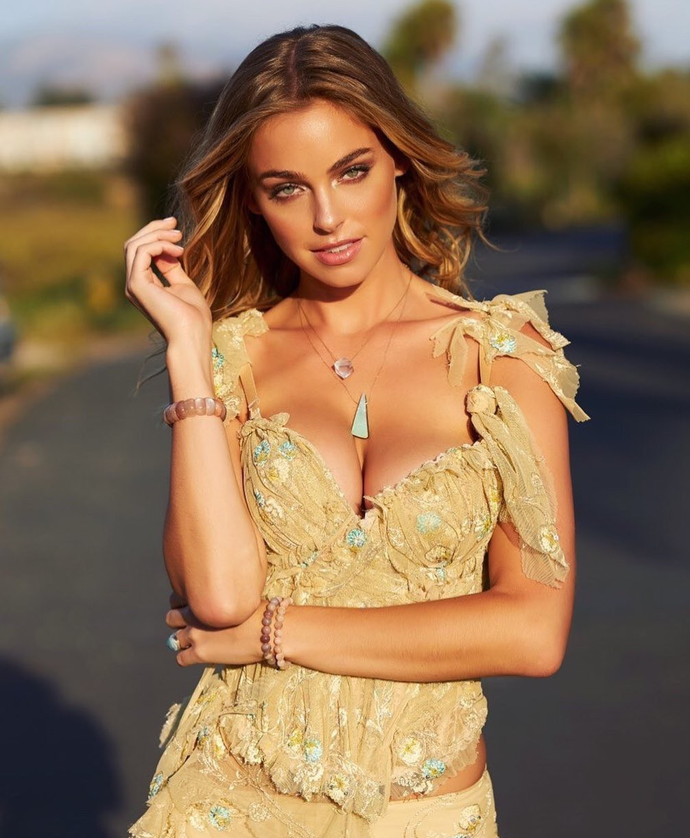 Elizabeth Turner dress colour outfit, you must try, best photoshoot ideas, in blond hairs
