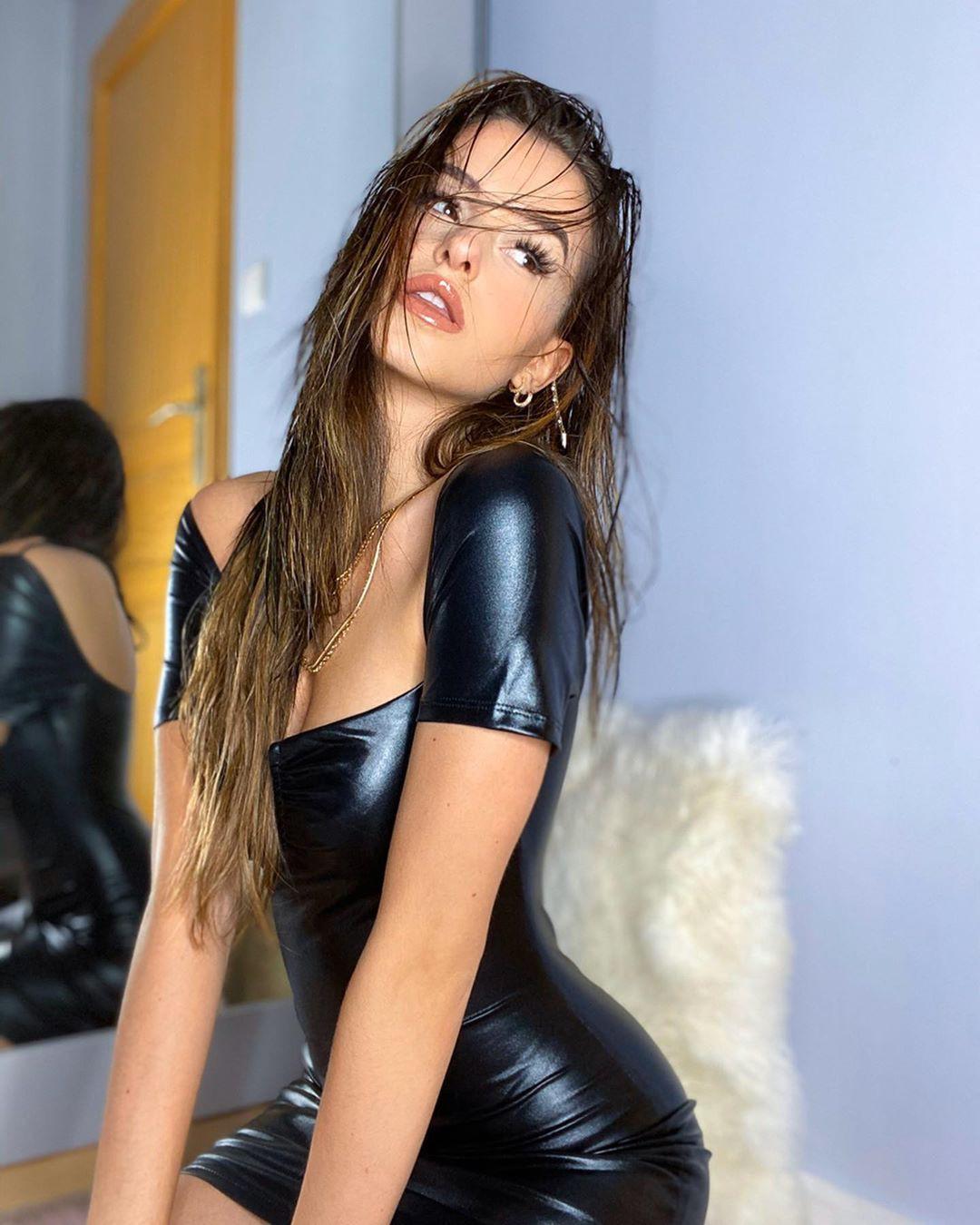 Lea Elui sexy legs, Beautiful Lips, Long Layered Hair