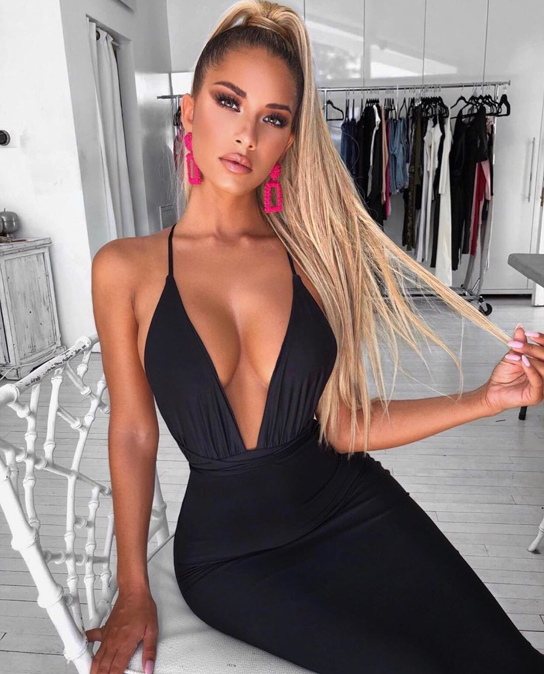 Sierra Skye dress colour outfit, in blond hairs, Easy Long Hairstyles