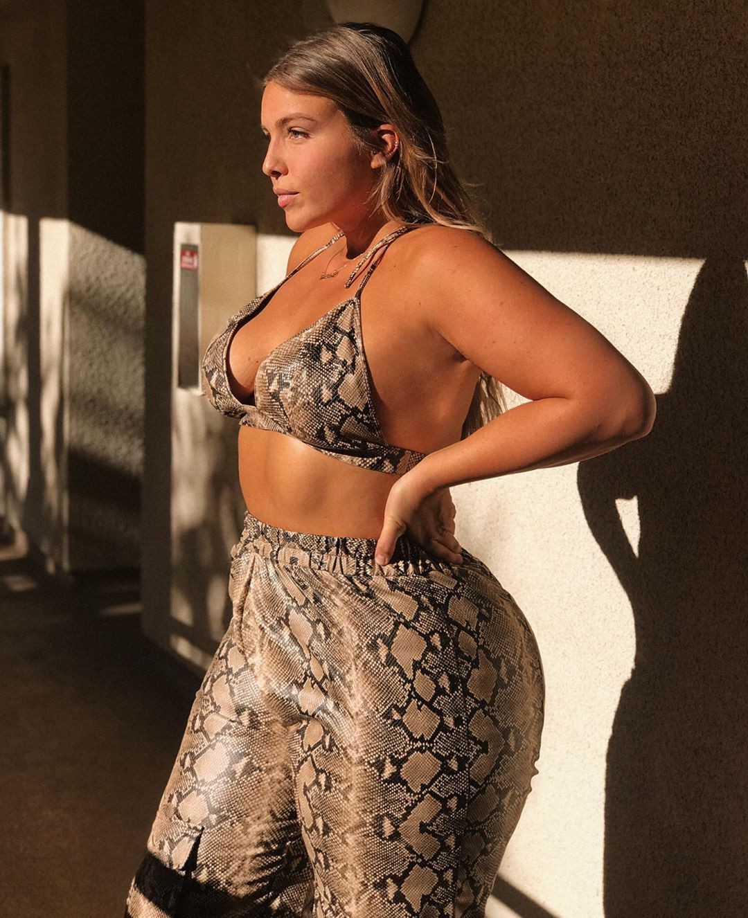 Stephanie Viada thigh pics, fine legs, Hot Model Wallpaper