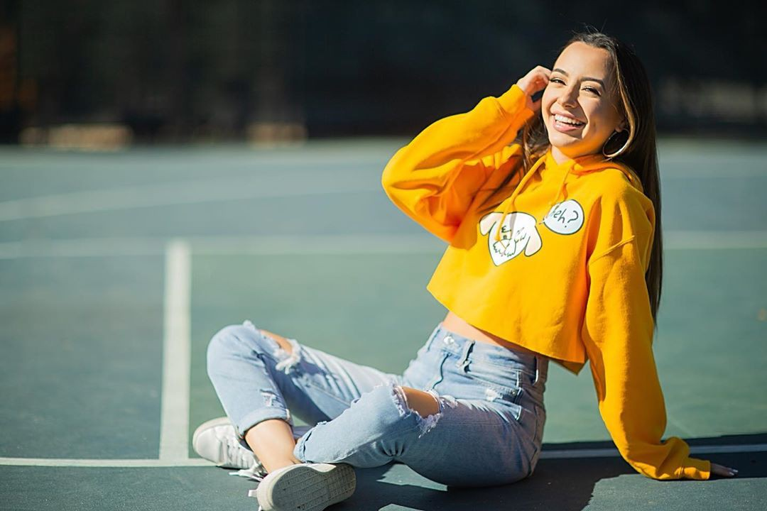 yellow matching outfit with jeans, photography ideas, outdoor fun