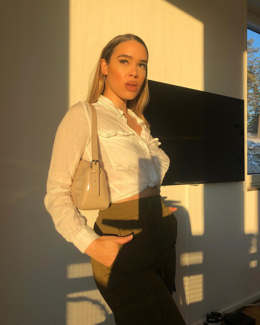Isabelle Tounsi Long Hair Style, outfit ideas, white-collar worker