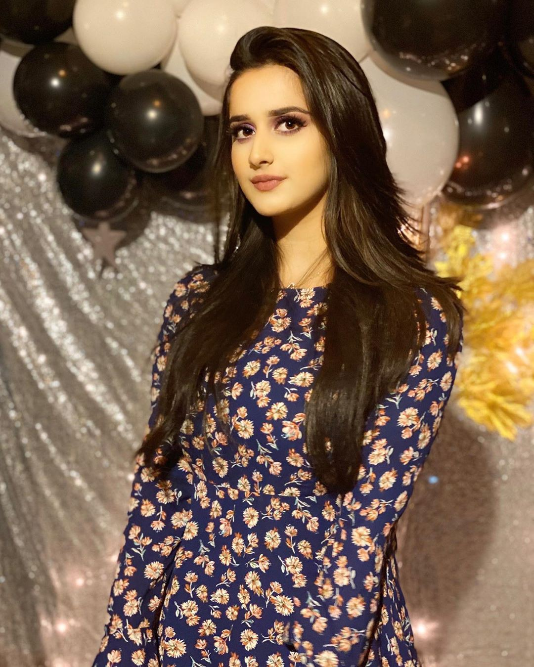 Alishbah Anjum formal wear colour combination, instagram photoshoot, Natural Black Hair