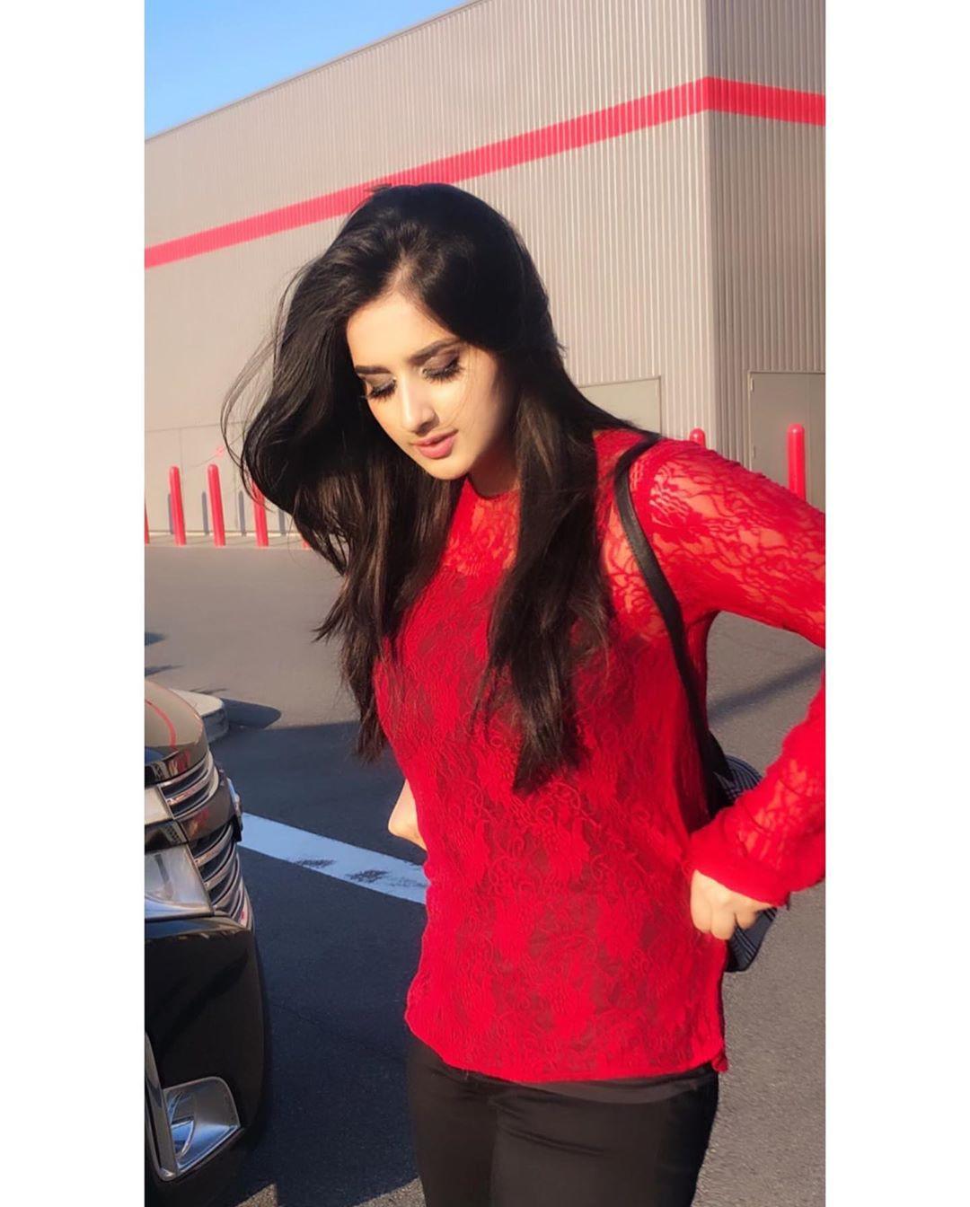 Alishbah Anjum t-shirt, tights colour outfit ideas 2020, Long Hair Ideas