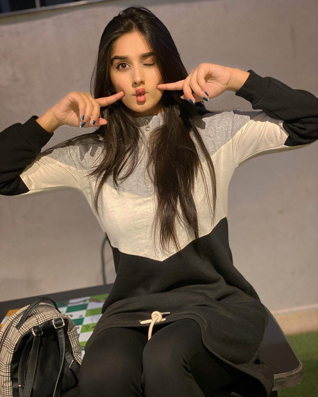 Alishbah Anjum photoshoot ideas, legs picture, Cute Black Hairstyles