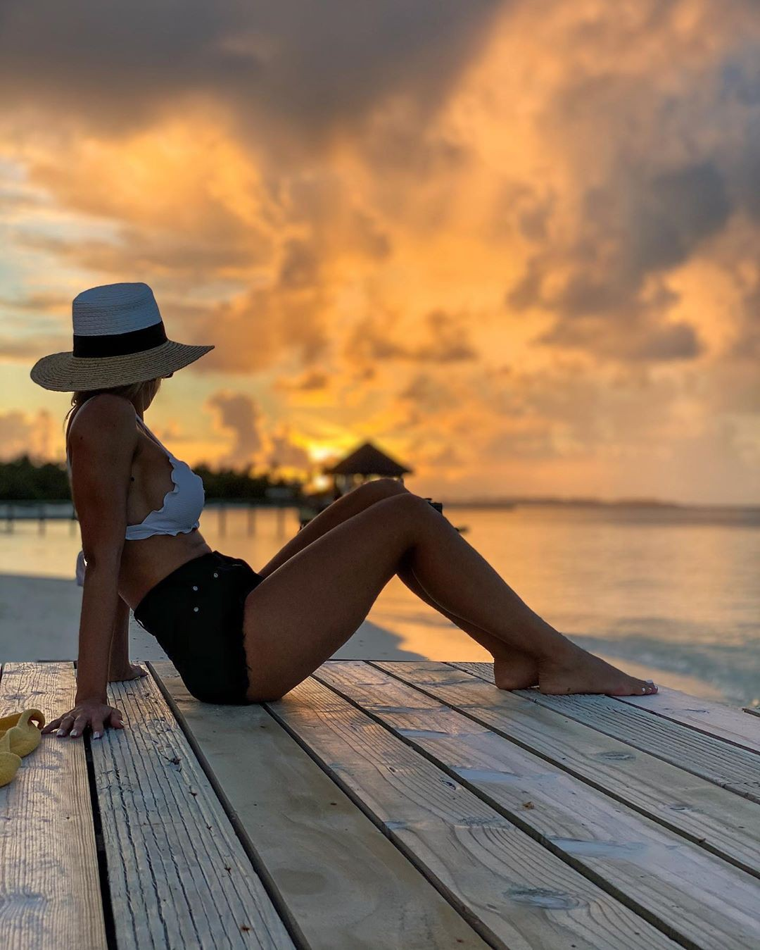 Amanda Ferguson legs photo, vacation, sitting