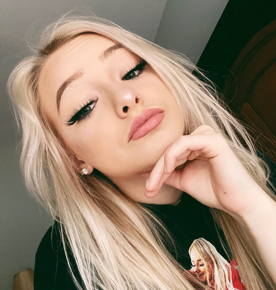 Zoe Laverne in blond hairs, Cute Girls Face Instagram, Natural Lipstick