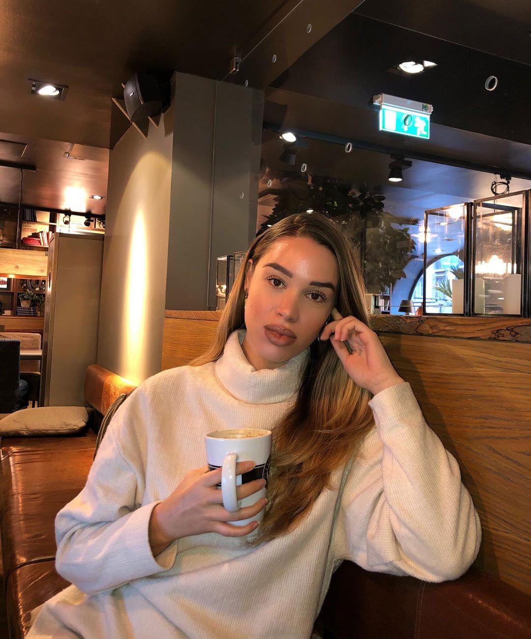 Isabelle Tounsi Long Layered Hair, restaurant, long hair
