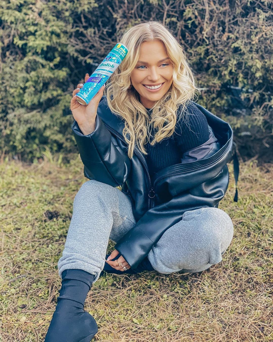 Irina Baeva jeans outfits for girls, blond hairstyle, Long Natural Hair