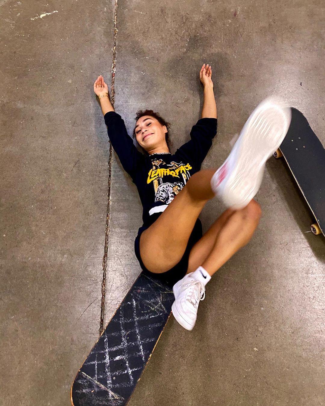 Eva Gutowski fine legs, outdoor fun, individual sports