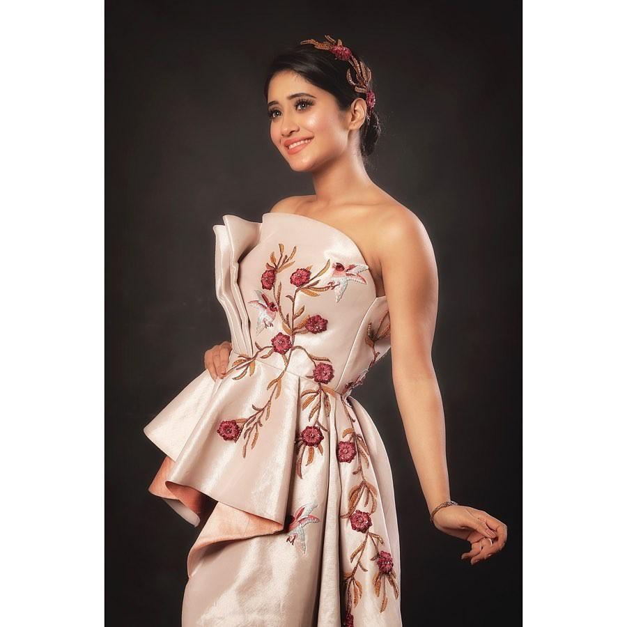 Shivangi Joshi strapless dress, cocktail dress matching outfit