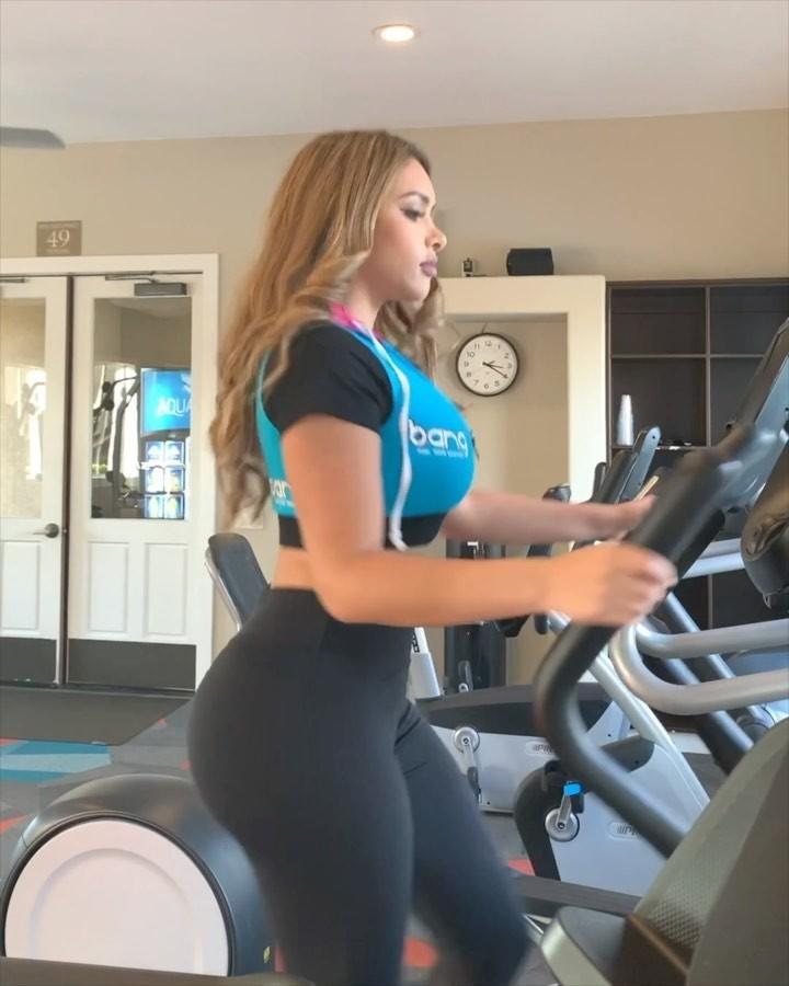 Fiorella Zelaya sportswear clothing ideas, hot legs picture, elliptical trainer