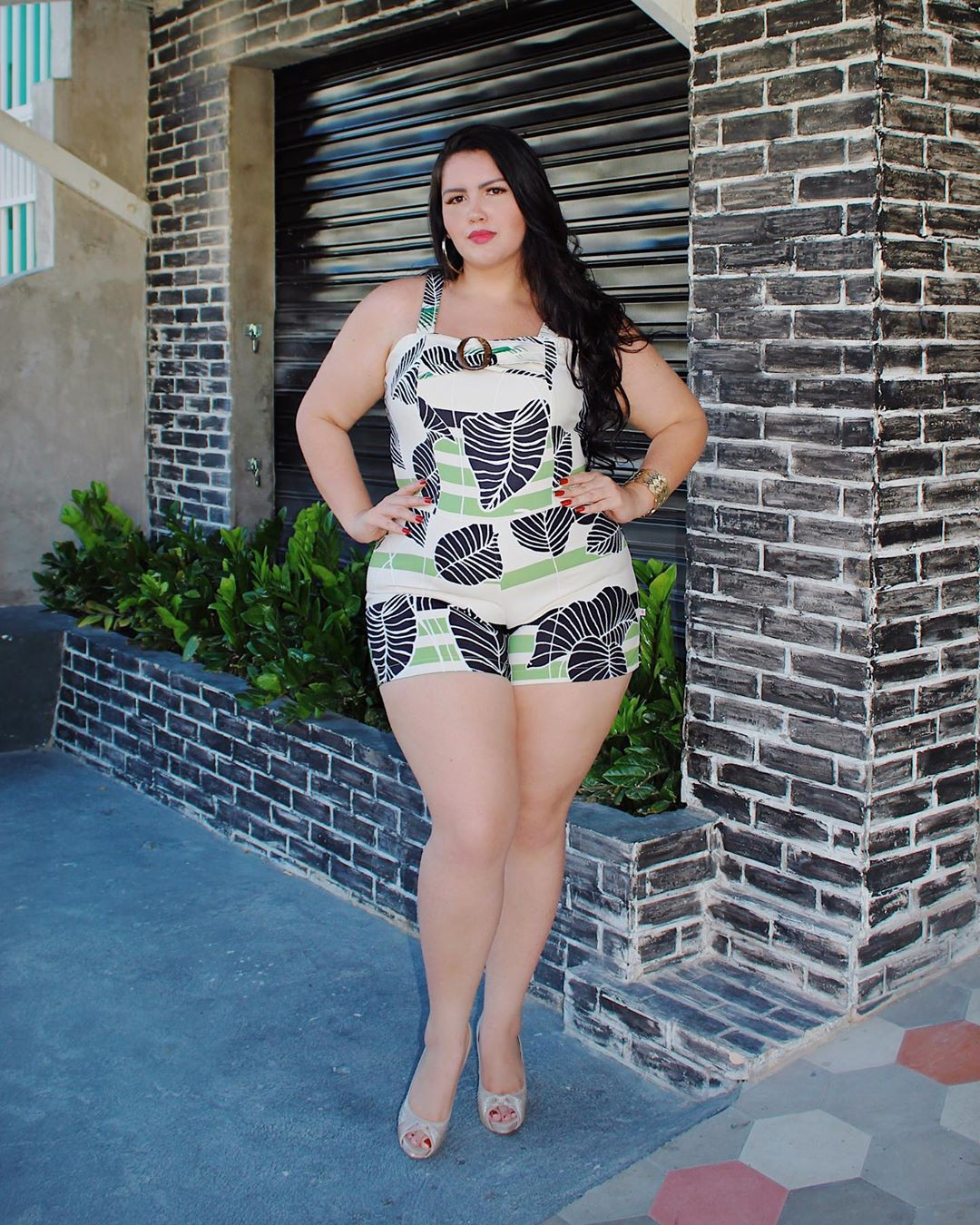 green colour dress with dress, instagram photoshoot, female thighs