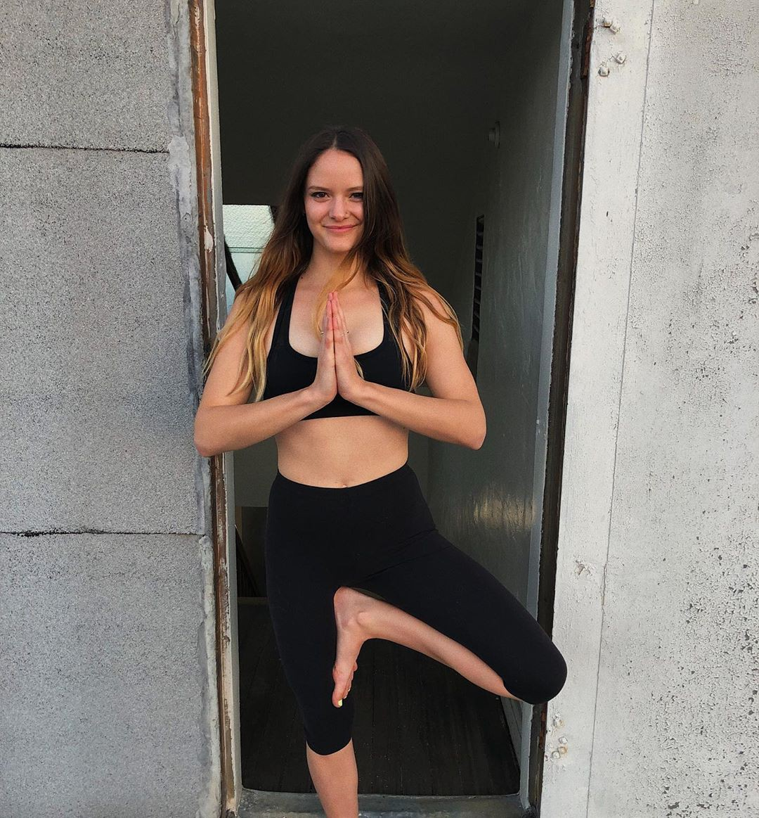 elise shannon adam active pants, sportswear outfit style, instagram photoshoot