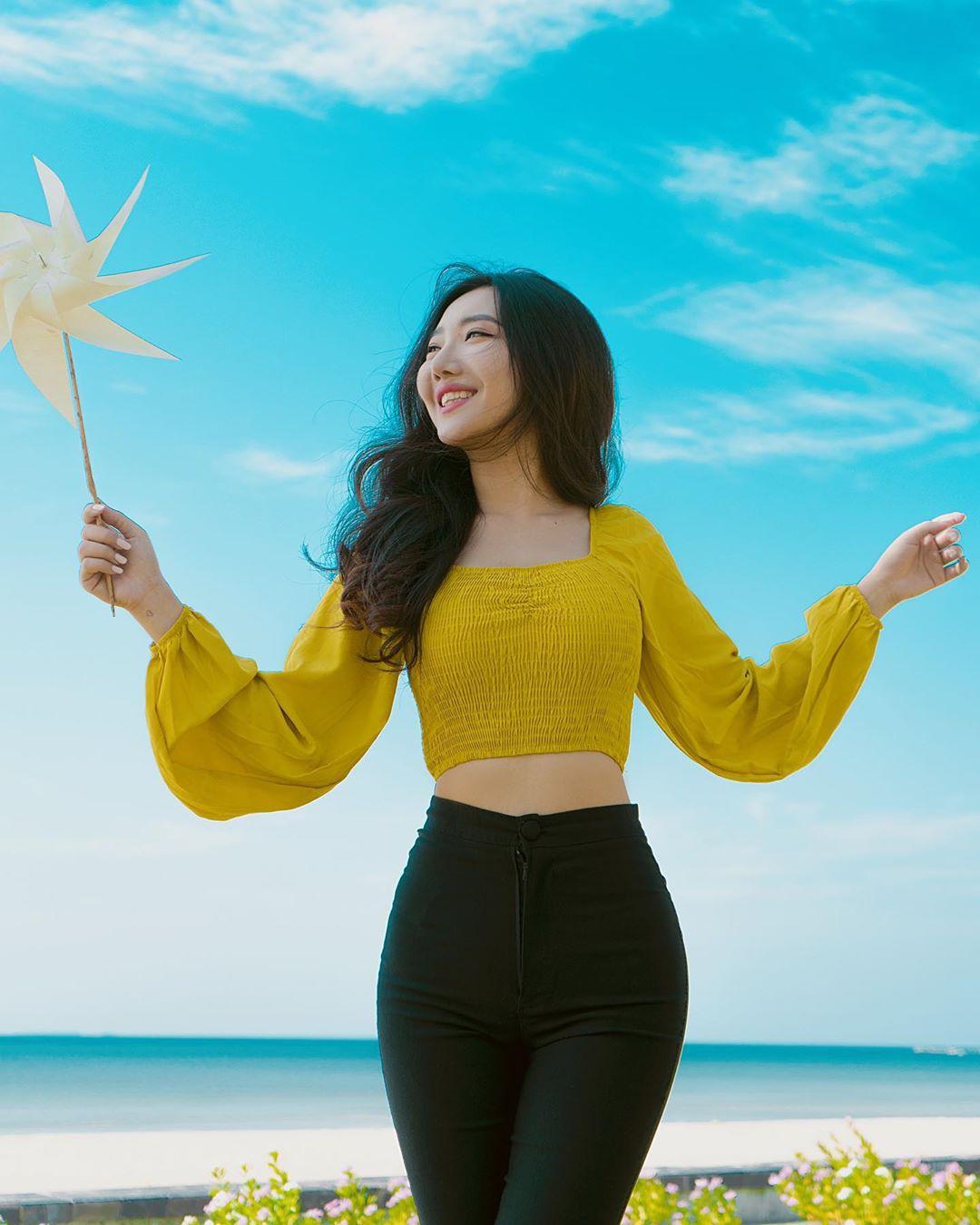 Hsu Eaint San, people in nature, yellow, smile