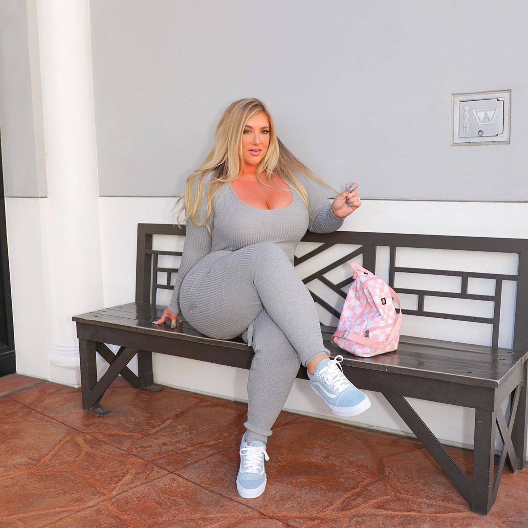 White and pink sportswear, legs pic, blond hairs