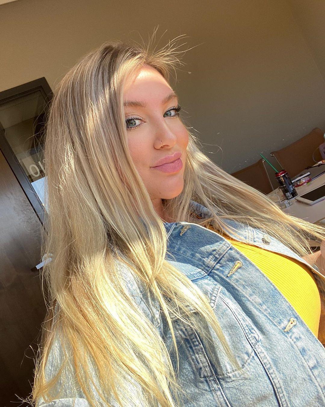 Taya Christian blond hairs, Natural Glossy Lips, Easy Long Hairstyles