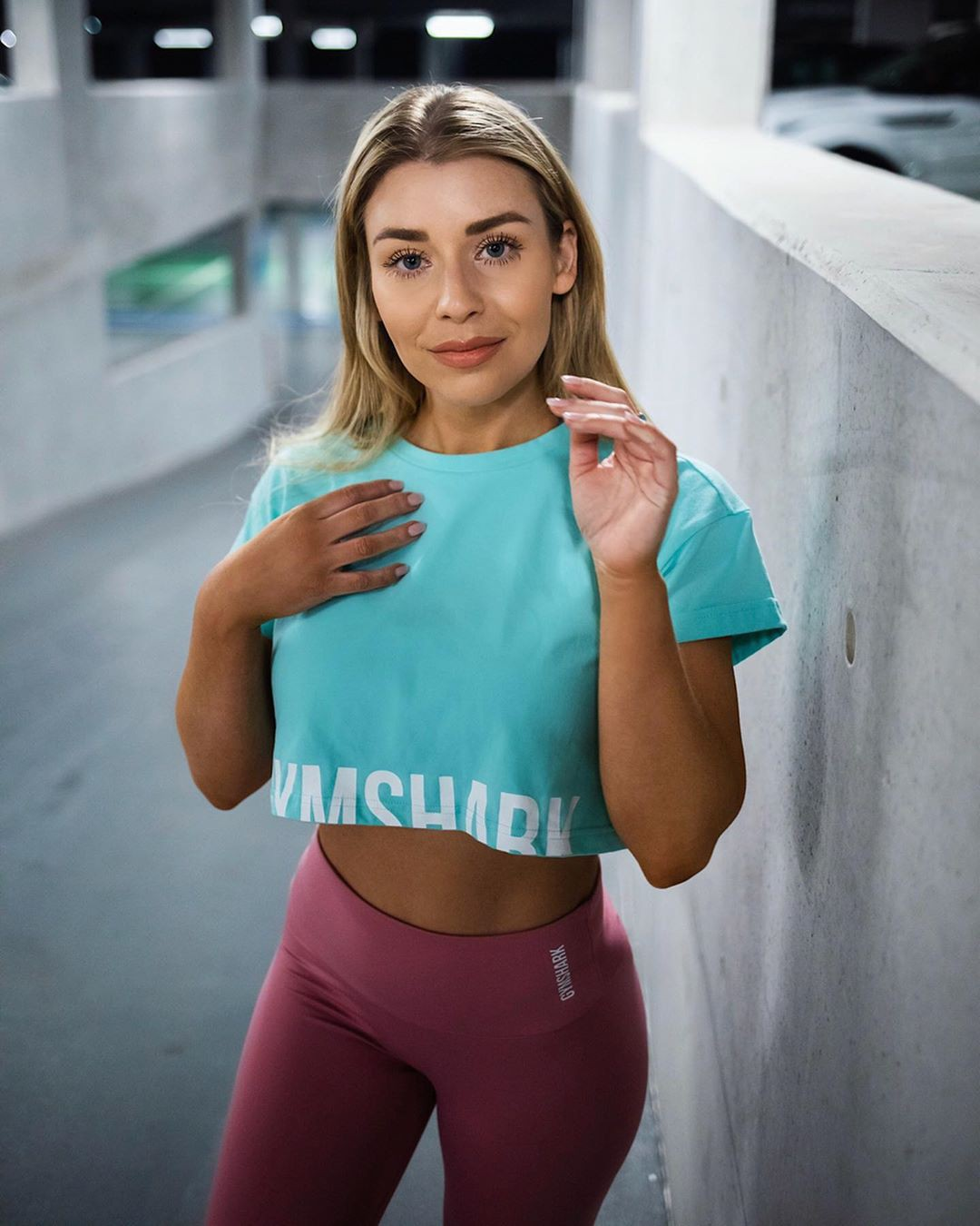 Turquoise and pink sportswear, fashion photoshoot, body muscle