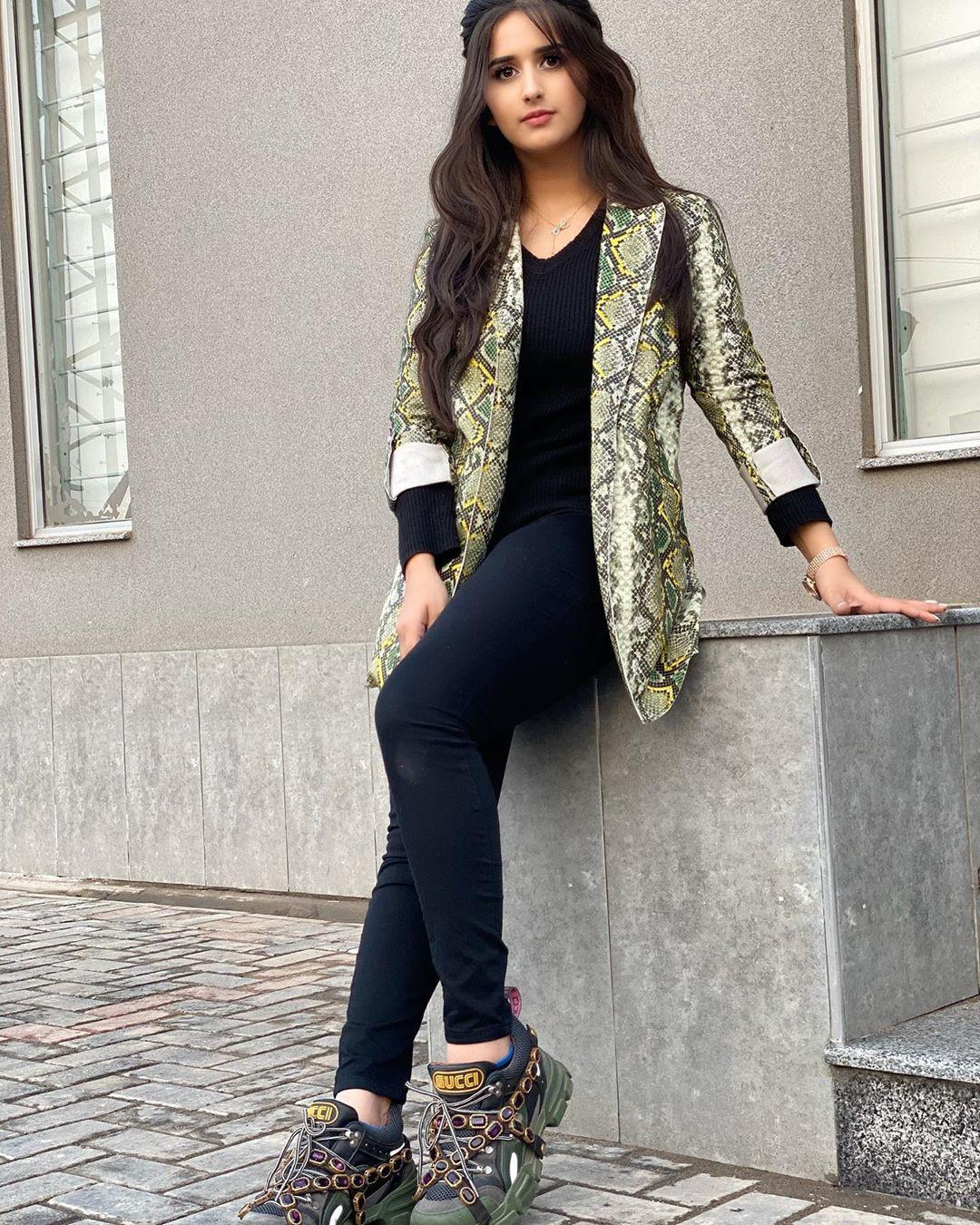 Alishbah Anjum jacket, blazer, jeans outfit