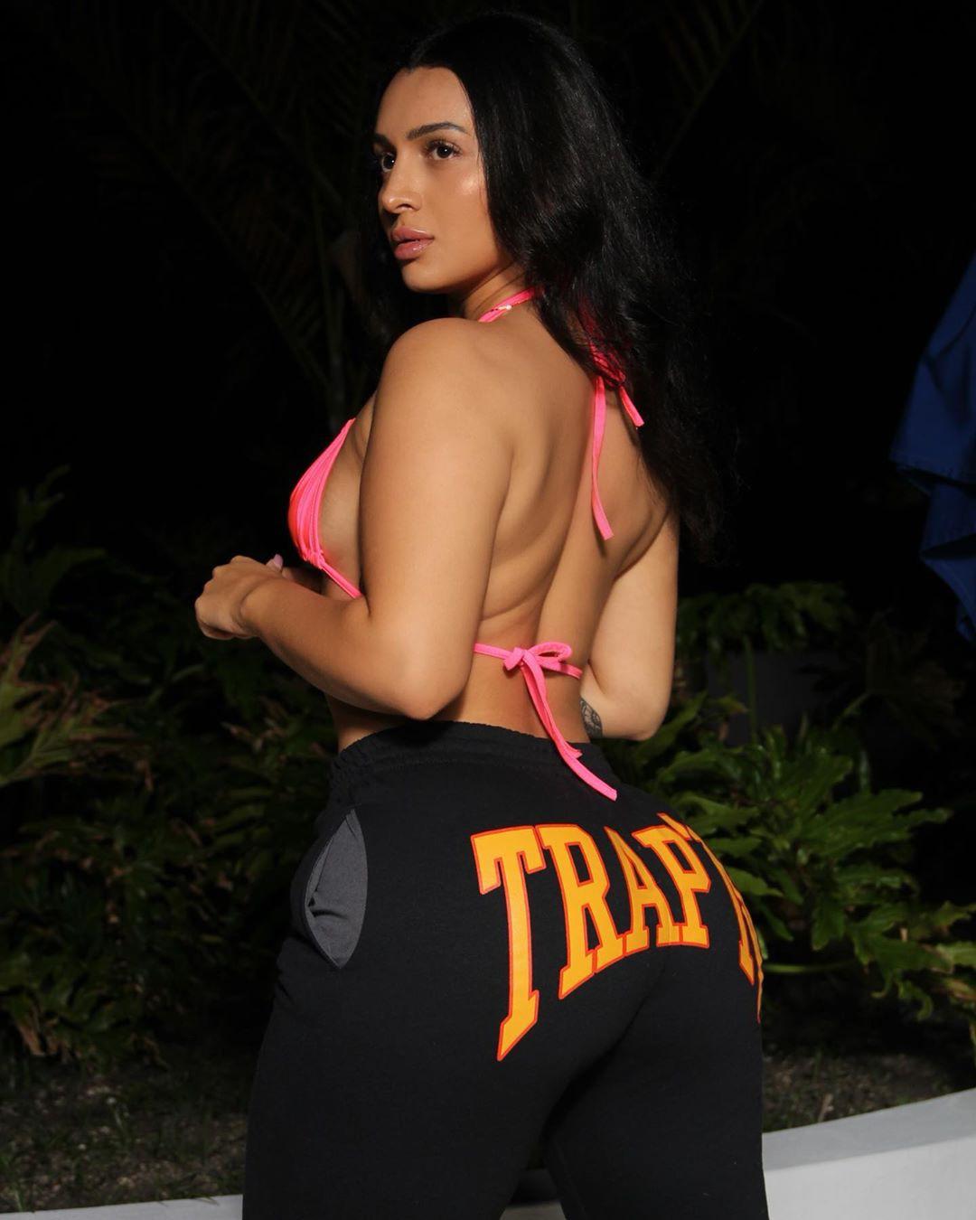 Nebby Fusco active pants, sportswear colour ideas, female thighs