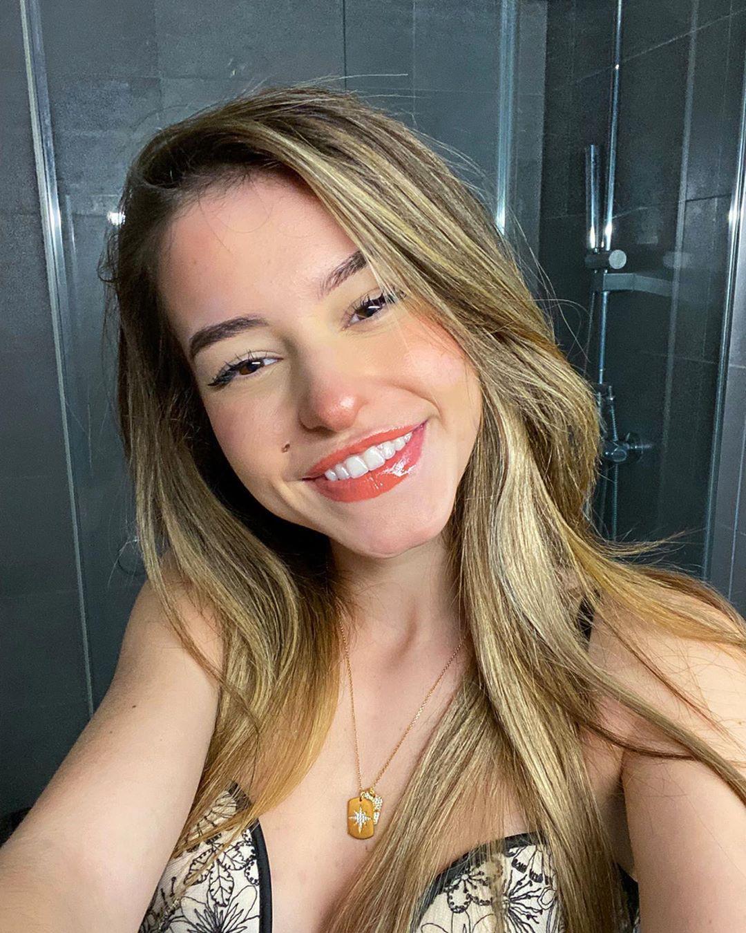 Lea Elui blond hairstyle, Face Makeup, Lip Makeup