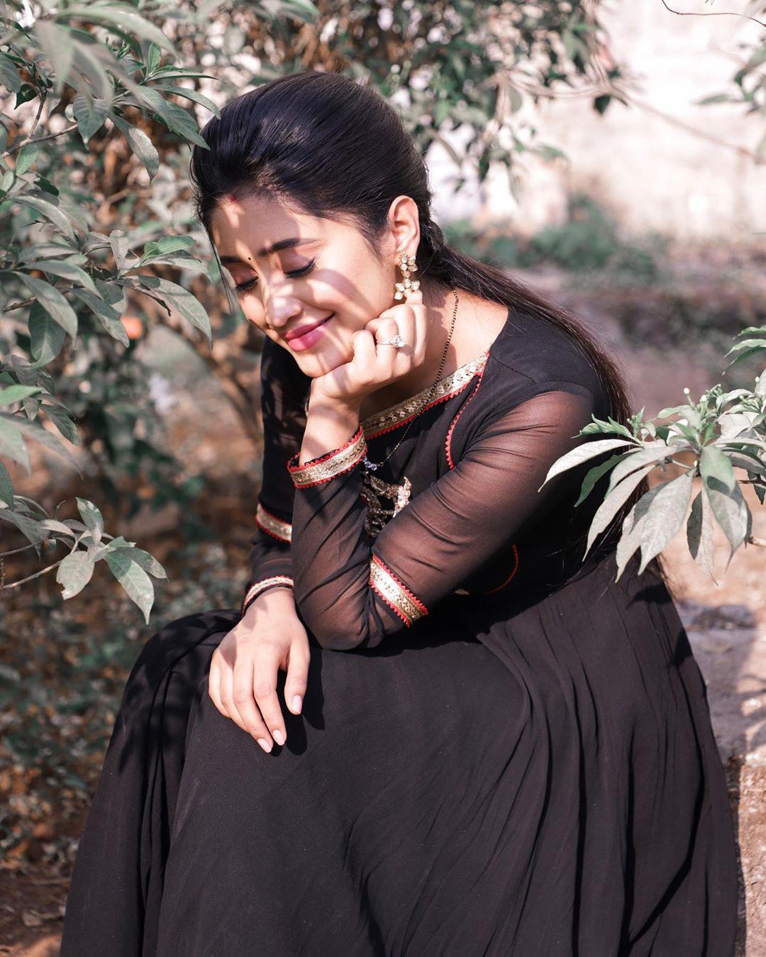 Shivangi Joshi dress formal wear colour outfit ideas 2020, girls photoshoot