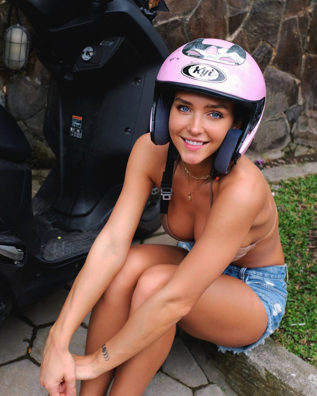 Rachel Cook female thighs, legs photo, muscle pic