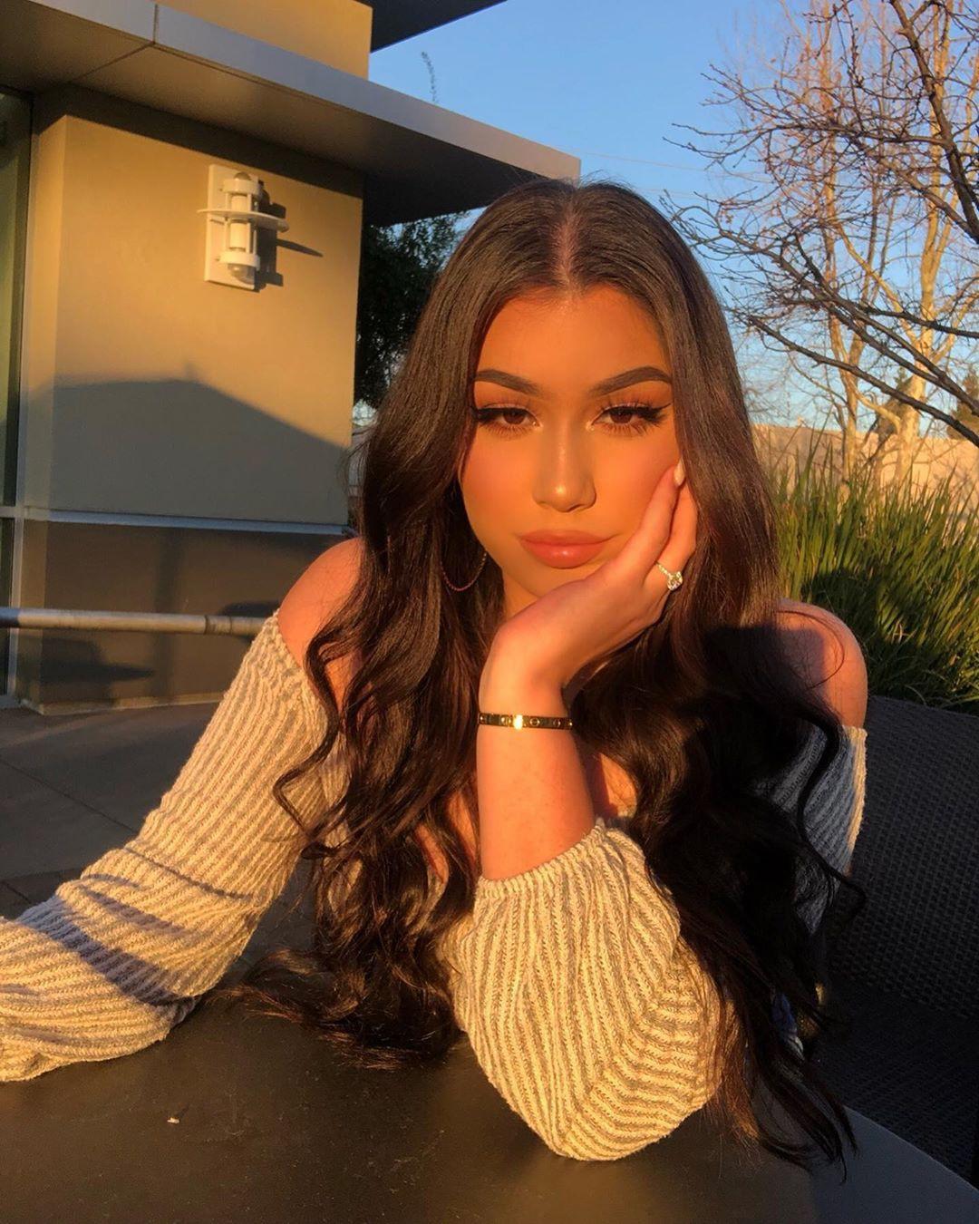 Alondra Mendoza model photography, blond hairs, Lip Makeup