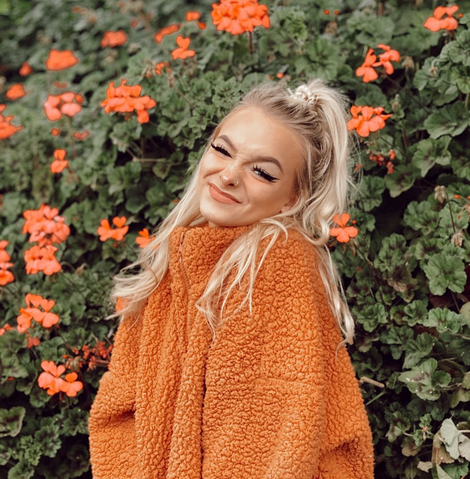 orange matching outfit with sweater, beautiful blond hairs, wardrobe ideas